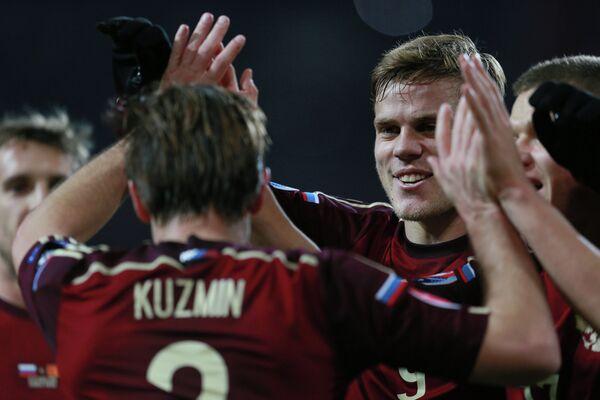 Игроки сборной России Олег Кузьмин (на первом плане) и Александр Кокорин (второй справа)