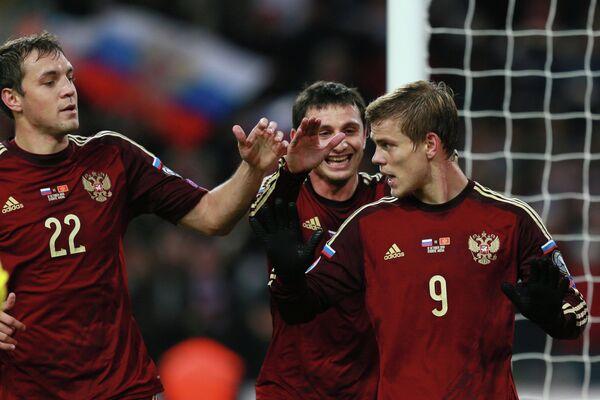 Игроки сборной России Артём Дзюба, Алан Дзагоев поздравляют Александра Кокорина (слева направо)
