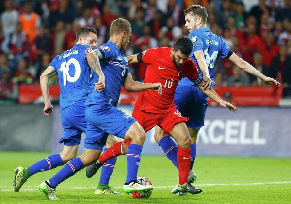 Игровой момент матча отбора к Евро-2016 Турция - Исландия