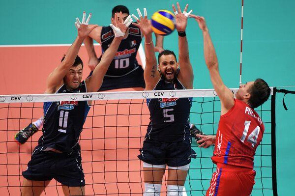 Диагональный сборной России по волейболу Виктор Полетаев (справа)