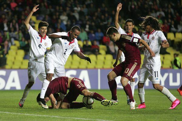 Игровой момент матча юношеского чемпионата мира по футболу (игроки не старше 17 лет) между сборными России и Чили