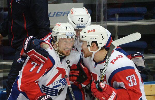 Хоккеисты Локомотива Илья Горохов, Илья Любушкин и Михаил Пашнин (слева направо)