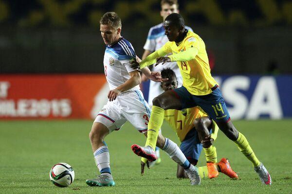 Игровой момент матча между командами России и Эквадора в 1/8 финала юношеского чемпионата мира (игроки не старше 17 лет)