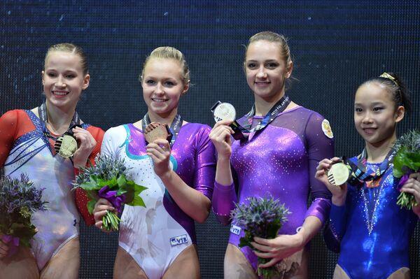 Мэдисон Кошан (США), Дарья Спиридонова (Россия), Виктория Комова (Россия), Илинь Фань (КНР) (слева направо)