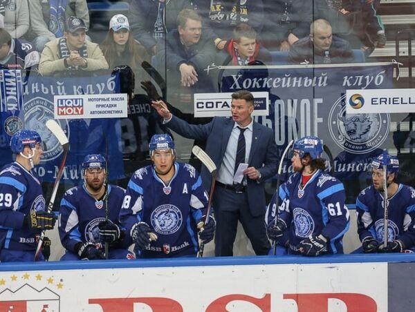 Главный тренер минского Динамо Андрей Ковалев (третий справа)