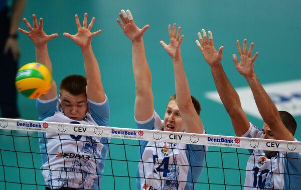 Волейболисты Динамо Павел Панков, Дмитрий Щербинин и Александр Маркин (слева направо)