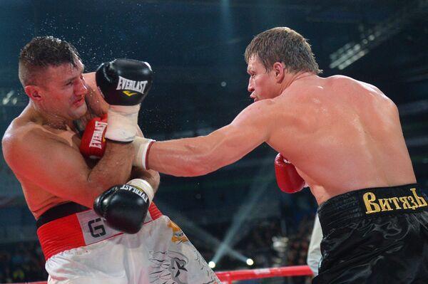 Мариуш Вах (Польша) и Александр Поветкин (Россия) (слева направо) во время боя за титул WBC Silver в супертяжелом весе на боксерском шоу в Казани