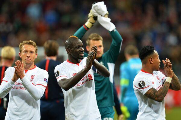 Футболисты Ливерпуля Лукас Лейва, Мамаду Сако, Симон Миньоле и Натаниэл Клайн (слева направо) радуются победе