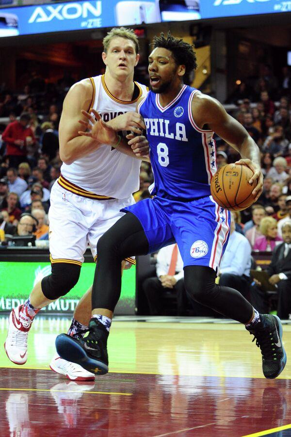 Российский центровой клуба НБА Кливленд Кавальерс Тимофей Мозгов (слева)