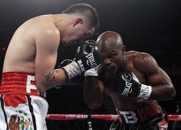 Американские боксеры Тимоти Брэдли (справа) и Брэндон Риос (слева)