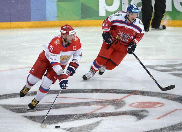 Форвард сборной России Илья Ковальчук (слева) и нападающий сборной Чехии Ян Коварж