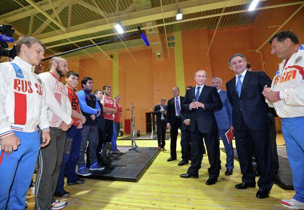 Владимир Путин (третий справа) и Виталий Мутко (второй справа)