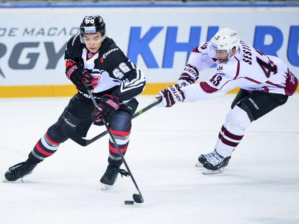 Нападающий Авангарда Илья Михеев и нападающий Динамо (Рига) Тим Сестито (слева направо)