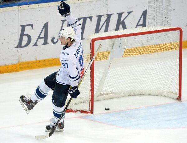 Нападающий ХК Динамо Максим Карпов забрасывает шайбу