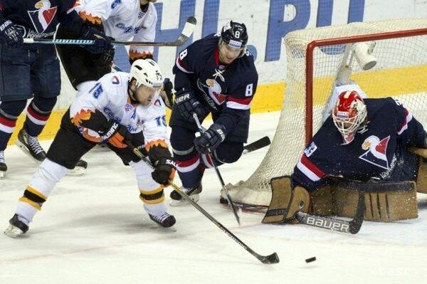 Игровой момент матча КХЛ ХК Слован - ХК Северсталь
