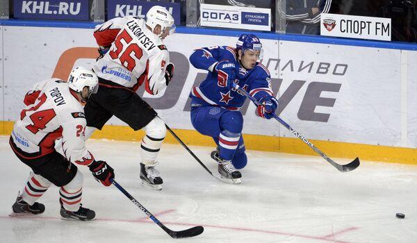 Хоккеисты Авангарда Александр Попов, Иван Лекомцев и нападающий ХК СКА Евгений Дадонов (слева направо)