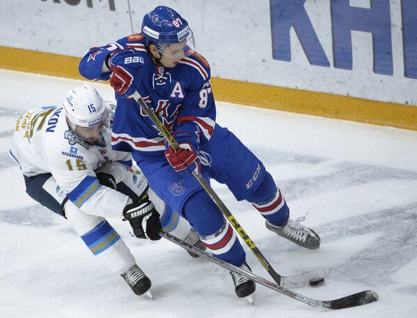 Нападающий СКА Вадим Шипачёв (справа) и нападающий Барыса Максим Худяков