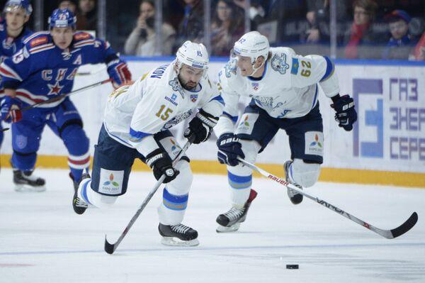 Хоккеисты Барыса Вадим Краснослободцев и Максим Худяков (справа налево)