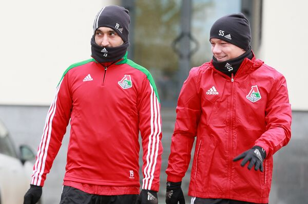 Футболисты Локомотива Александр Самедов (слева) и Ренат Янбаев