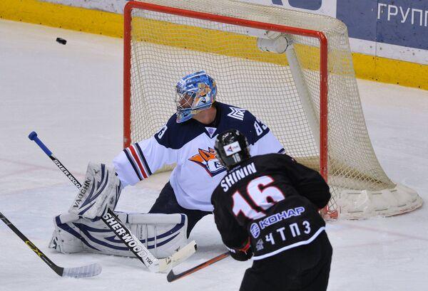 Вратарь Металлурга Василий Кошечкин (слева) и защитник Трактора Александр Шинин