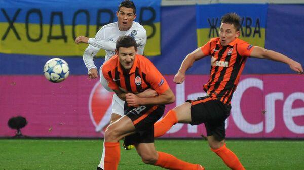 Нападающий Реала Криштиану Роналду, игроки Шахтера Иван Ордец и Василий Кобин (слева направо)