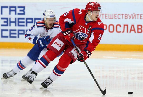 ФорвардСКА Евгений Дадонов (слева) и нападающий Локомотива Егор Аверин