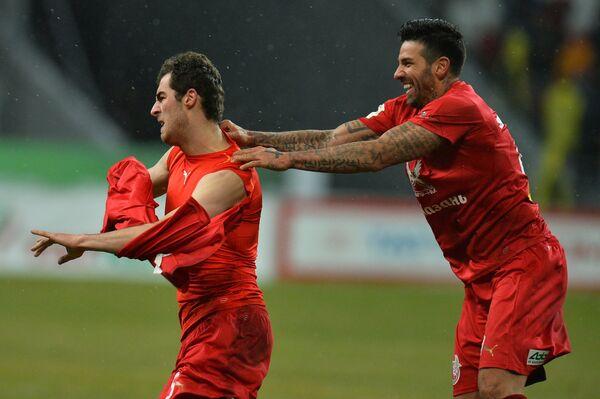 Футболисты Рубина Соломон Кверквелия (слева) и Благой Георгиев радуются забитому мячу