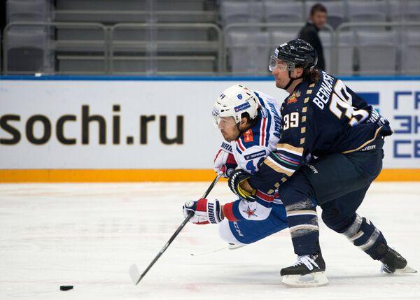 Форвард СКА Евгений Артюхин (слева) и защитник Сочи Сергей Бернацкий