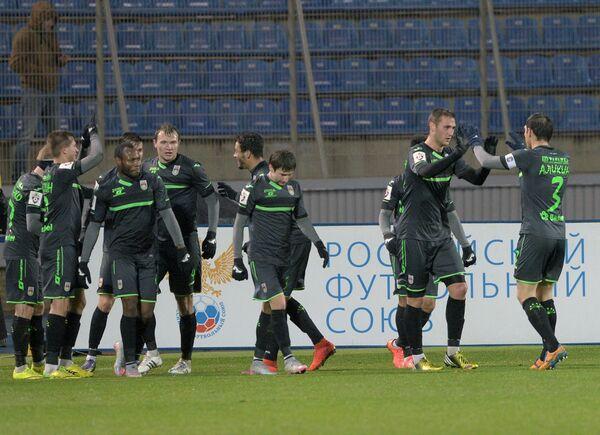 Игроки ФК Уфа радуются забитому голу