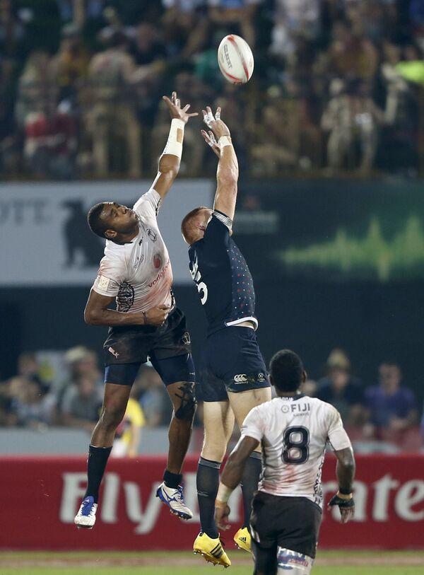 Игровой момент матча между сборными Фиджи и Англии на первом этапе Мировой серии по регби-7