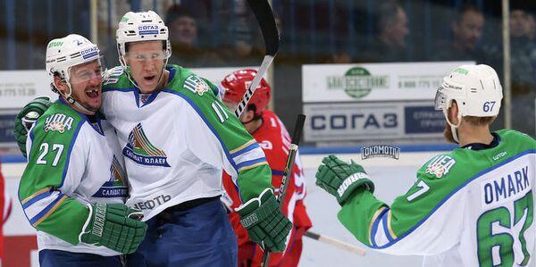 Хоккеисты Салавата Юлаева (на первом плане)