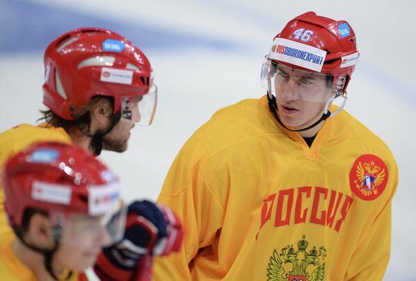 Защитник сборной России по хоккею Илья Любушкин (справа)