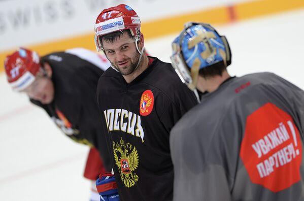 Форвард сборной России по хоккею Александр Радулов (в центре)