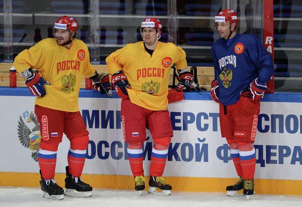 Хоккеисты сборной России Андрей Зубарев, Сергей Широков и СКА Илья Ковальчук (слева направо)
