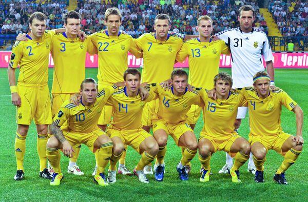Футболисты сборной Украины по футболу. Второй справа на первом плане - Максим Калиниченко