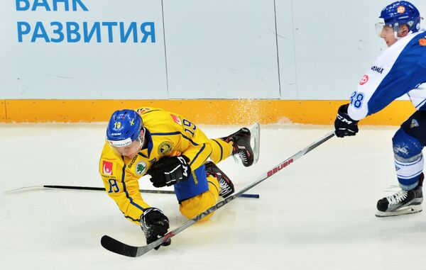 Форвард сборной Швеции Патрик Закриссон (слева) и защитник сборной Финляндии Юусо Хиетанен