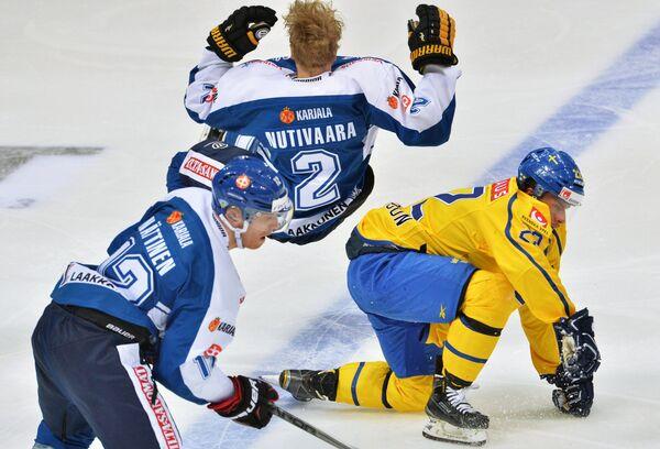Игроки сборной Финляндии Йоонас Няттинен и Маркус Нутиваара и форвард сборной Швеции Андре Петерссон (слева направо)