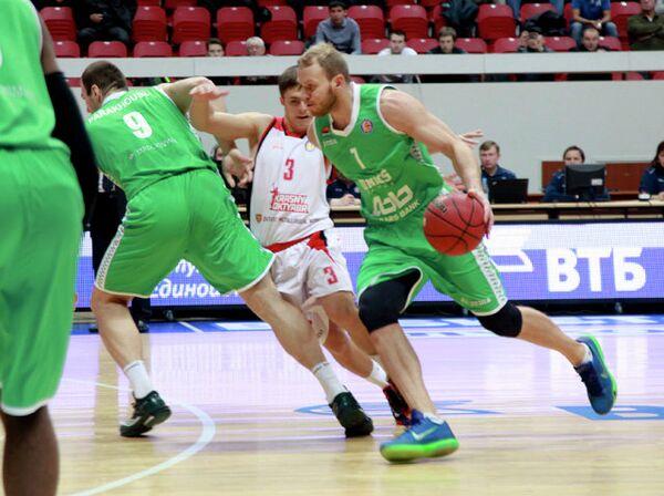 Защитник БК УНИКС Антон Понкрашов (справа)