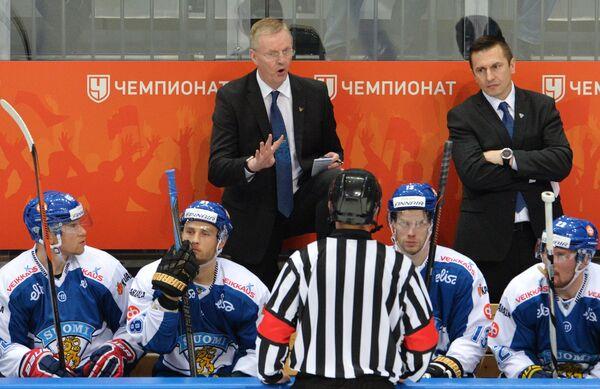 Главный тренер сборной Финляндии Кари Ялонен (слева на втором плане)