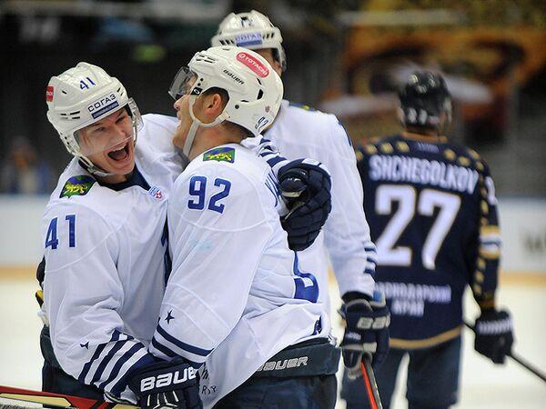 Хоккеисты Адмирала радуются заброшенной шайбе в ворота ХК Сочи