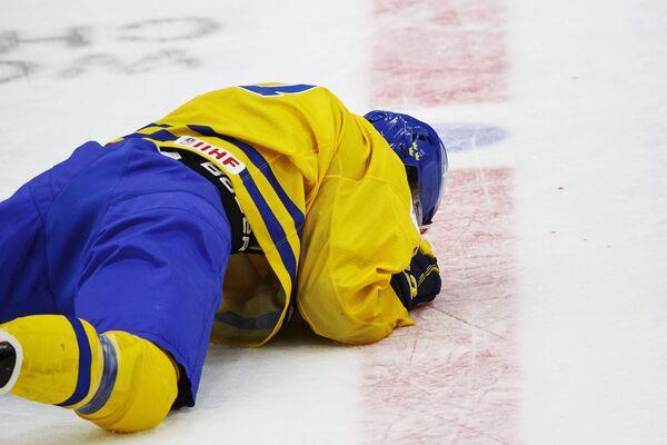 Шведский хоккеист Уильям Нюландер после столкновения со швейцарцем Крисом Эгли