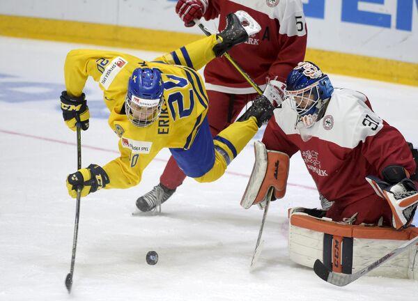 Игровой момент матча молодежных сборных Швеции и Дании на чемпионате мира по хоккею