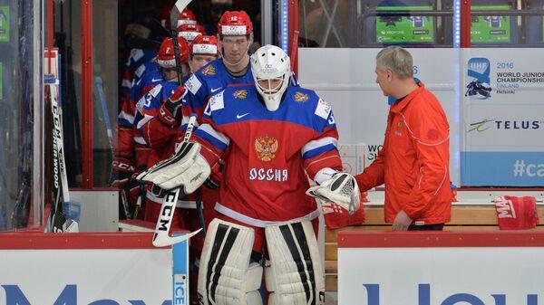 Вратарь сборной России Александр Георгиев (на первом плане)