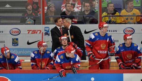 Главный тренер молодежной сборной России Валерий Брагин, его помощник Олег Браташ (слева направо на втором плане) и игроки команды