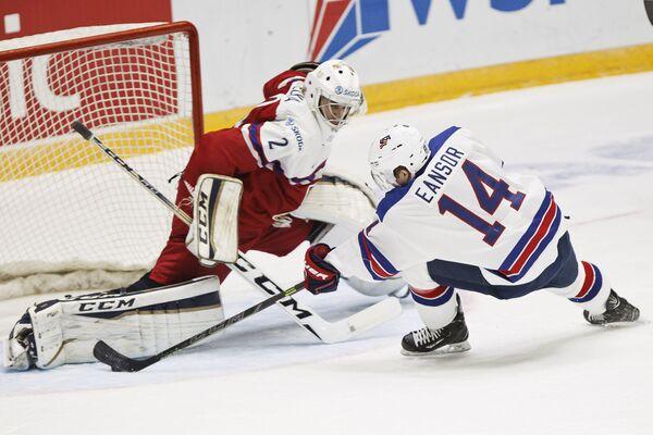 Вратарь молодежной сборной Чехии по хоккею Алеш Стезка (слева) и форвард молодежной сборной США Скотт Инсор