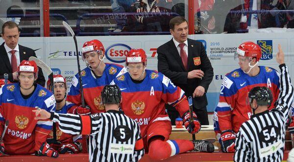 Хоккеисты сборной России и Валерий Брагин (третий справа)