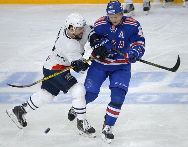 Форвард СКА Евгений Кетов (справа) и нападающий Медвешчак Жильбер Брюле
