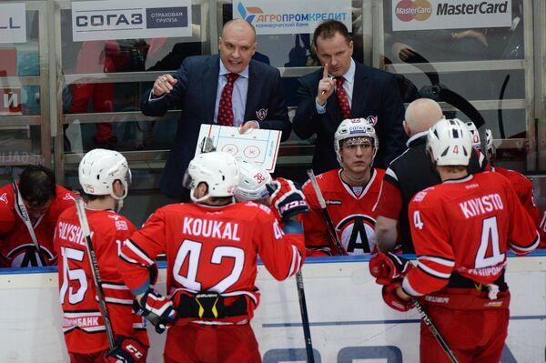Главный тренер ХК Автомобилист Андрей Разин (слева на втором плане)