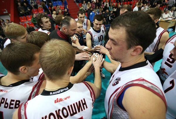 Игроки  ВК Нижний Новгород и главный тренер команды Александр Климкин (в центре)