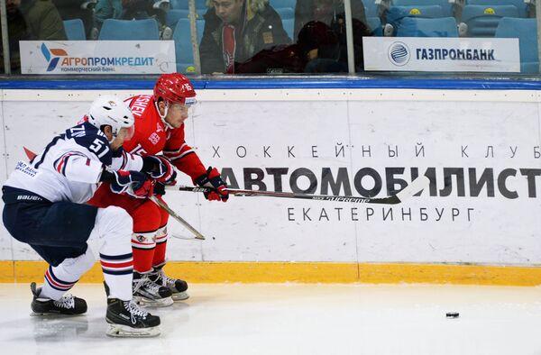 Защитник Металлурга Алексей Береглазов (слева) и форвард Автомобилиста Анатолий Голышев